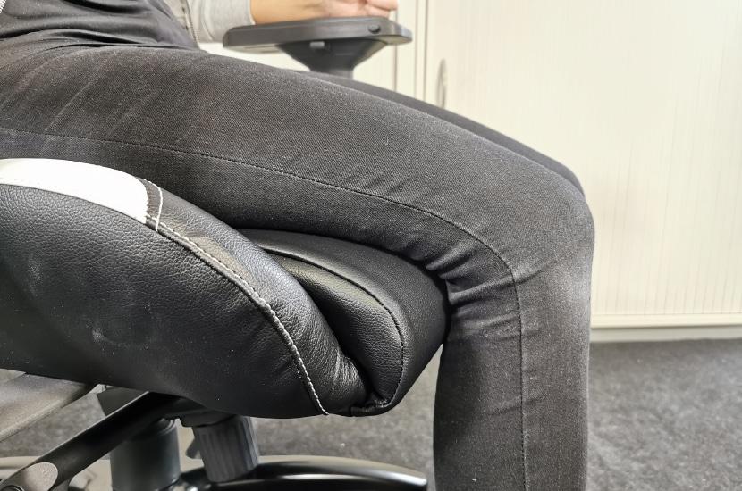 167cm große Testperson auf KLIM eSports Stuhl