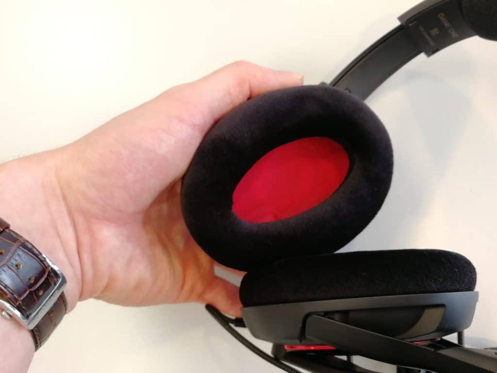 Stoffbezogene Ohrmuschel mit roter Applikation