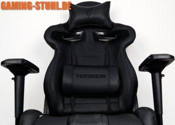 Der schwarze Vertagear Stuhl von vorne mit Kissen für eine aufrechte Sitzhaltung.