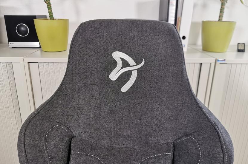 Arozzi Vernazza Kopfteil mit Logo fotografiert