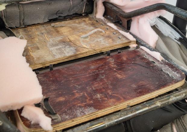 Aufgeschnitte Sitzfläche gibt Blick auf Holzplatten preis
