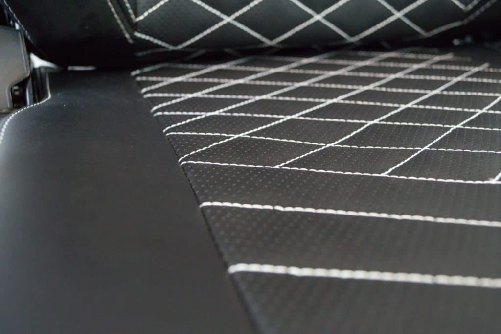 Edles Diamantmuster auf der Sitzfläche des HEROs