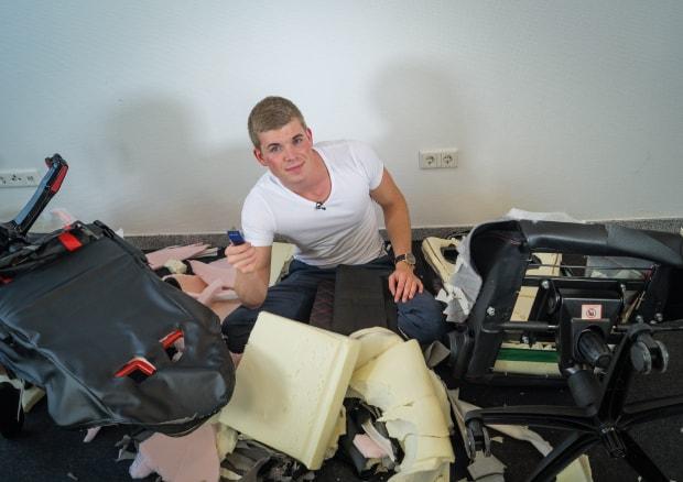 Kaputte, zerschnittene Bürostühle und Tjorven