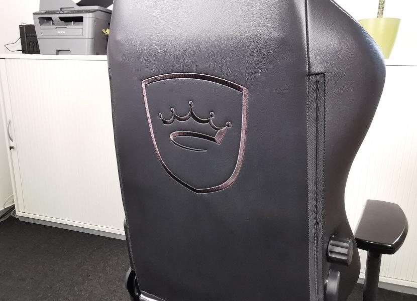 Eingesticktes Logo auf der RÜckenlehne