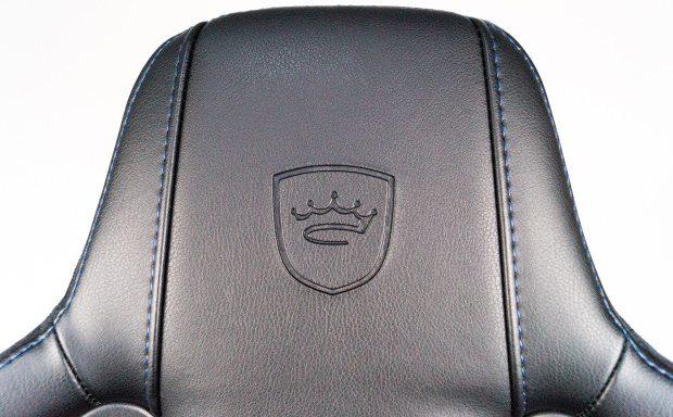 noblechairs-Logo-Gravur in der Kopfstütze.