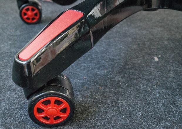 Plastik-Fußkreuz in rot und schwarz