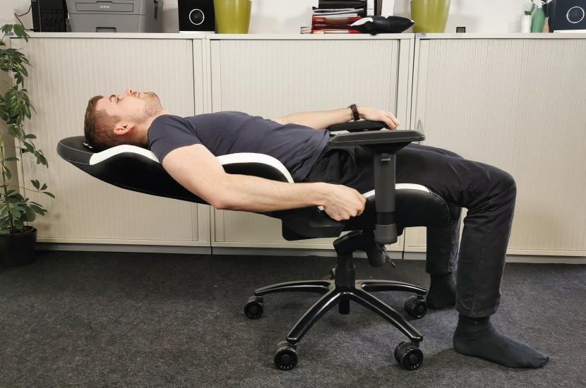 160 Grad Verstellung der Rückenlehne demonstriert