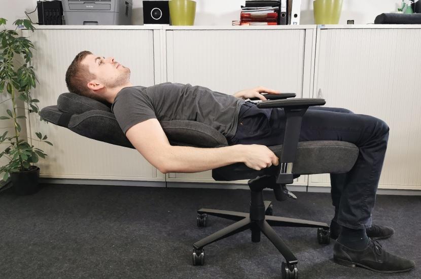 Rückenlehne um 165 Grad geneigt mit Tjorven
