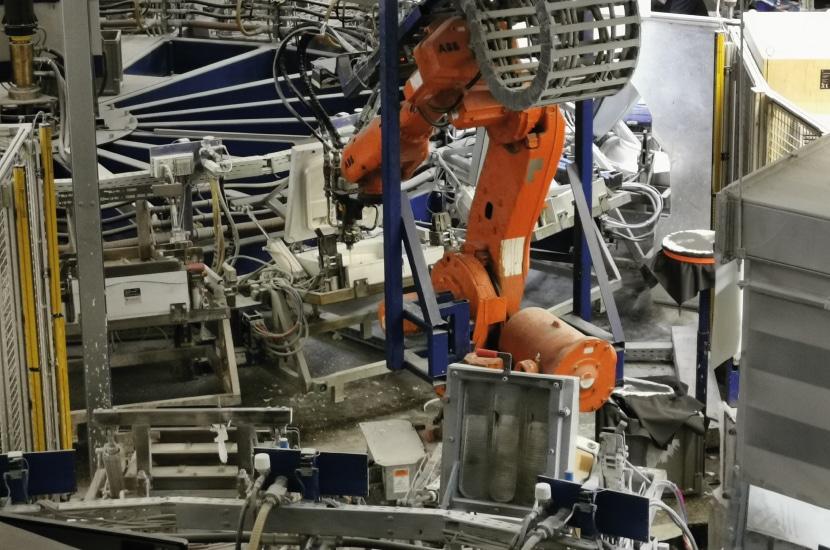 Roboterarm der Schaumanlage