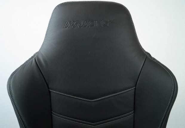 Rückenlehne des Onyx mit AKRacing Schriftzug