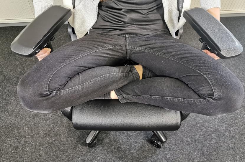 Schneidersitz mit Testperson 167cm groß