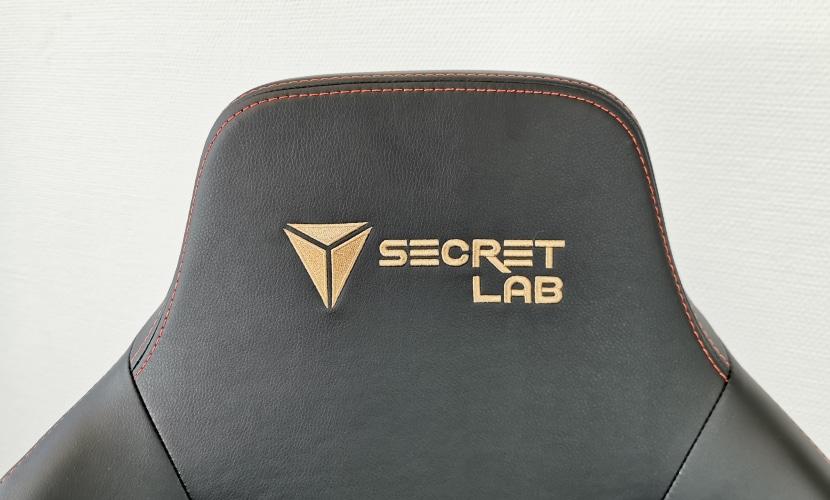 Secretlab TITAN im Test: Kopfstütze fotografiert