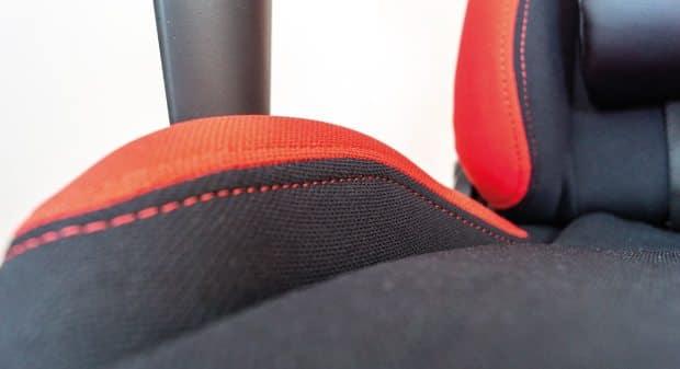 Der schwarze Stoffbezug im Bereich der Sitzfläche.