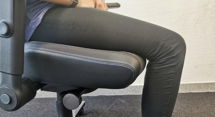 Testperson auf Stuhl