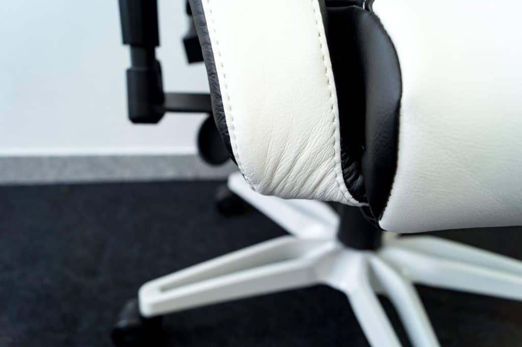 Auch an der Sitzfläche ist die Verarbeitung nicht gut.