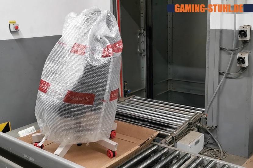 Verpackter Stuhl fährt in den Aufzug