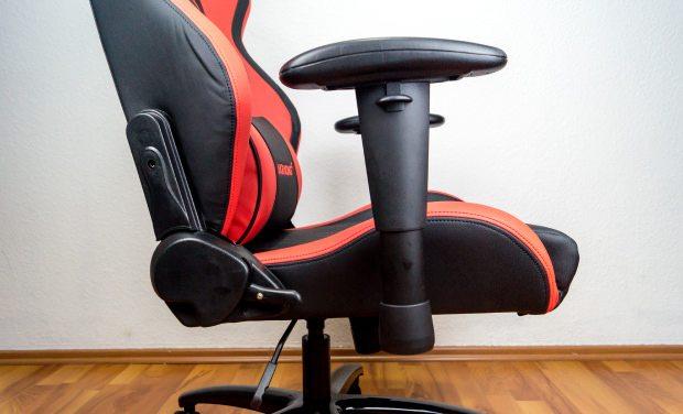 Verstellbarkeit des Stuhls an Rückenlehne und Armauflagen.